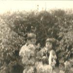 Ich mit meinem kleinen Bruder im Garten unserer Omi im Diekmoor